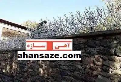 حفاظ شاخ گوزنی روی دیوار پله ای
